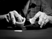 Как происходит раздача карт в покере